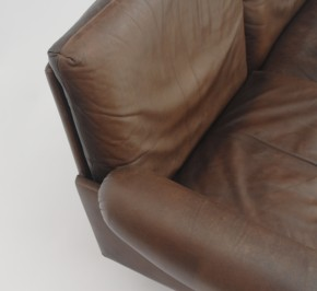 3-seat leather sofa in the style of De Sede